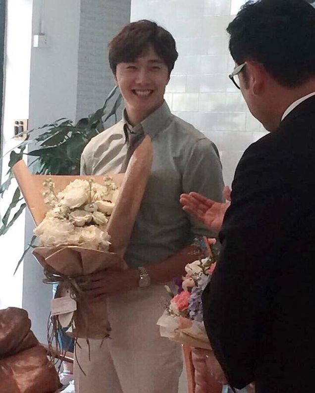 Jung Il-woo with Mild welcomed on their first day of shooting Love and Lies. Cr. LeayDoDee Studio & True 4U TV. 12