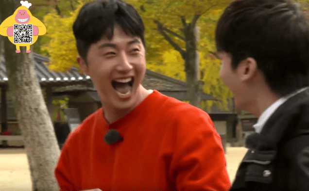 2016 11 Jung Il-woo in Star Shop. Interview with orange sweater. 13.png
