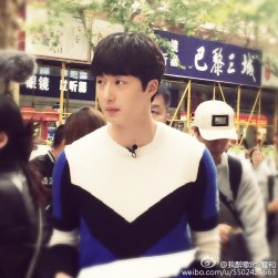 2016 Jung Il woo in Star Shop photos. Blue-White Sweater. 15