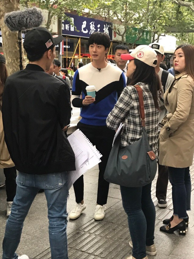 2016 Jung Il woo in Star Shop photos. Blue-White Sweater. 3