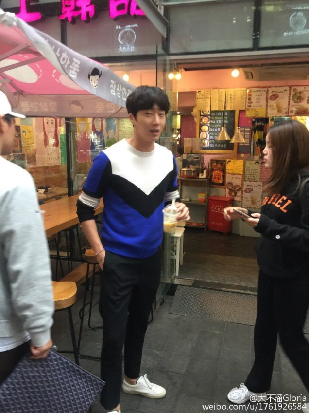 2016 Jung Il woo in Star Shop photos. Blue-White Sweater. 8