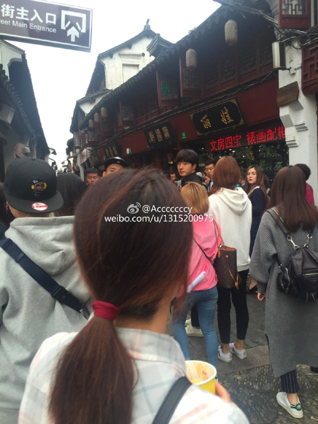 2016 Jung Il woo in Star Shop photos. Dark Gray short overcoat. 1