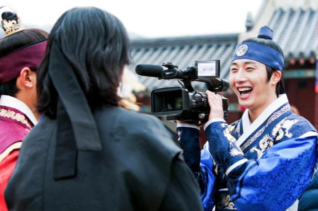 Jung II-woo in The Moon that Embraces the Sun Episode 20 BTS Filming Battle 00014