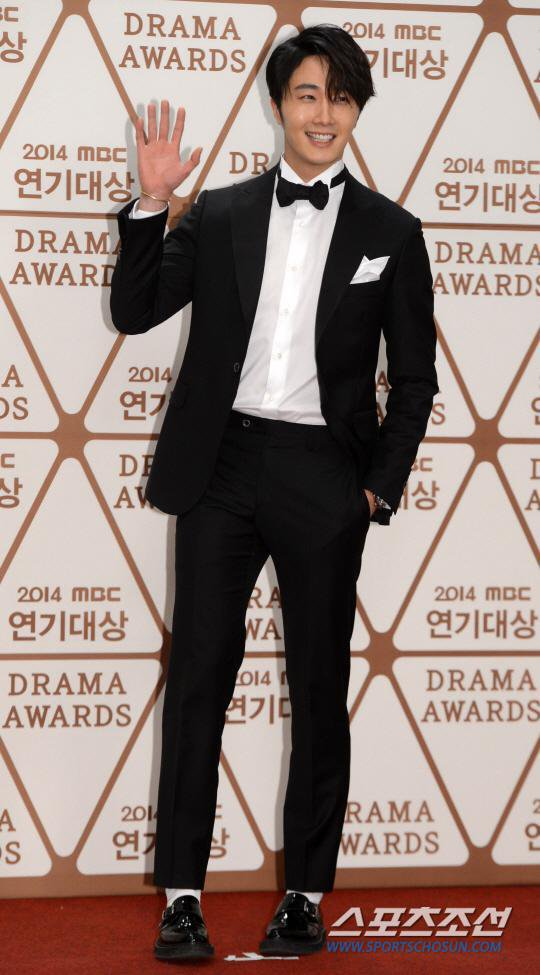 2014 12 30 Jung Il-woo Red Carpet at the 2014 MBC Awards 2