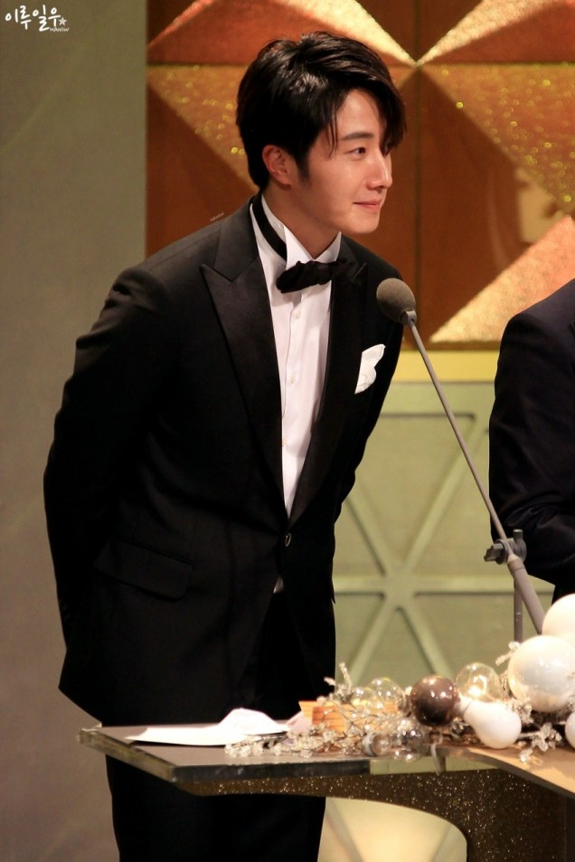 2014 12 30 Jung Il-woo at the 2014 MBC Awards Presenting an Award 3