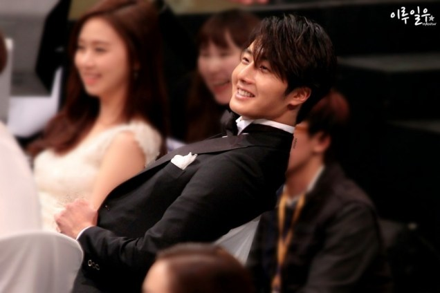 2014 12 30 Jung Il-woo at the 2014 MBC Awards Socializing 3