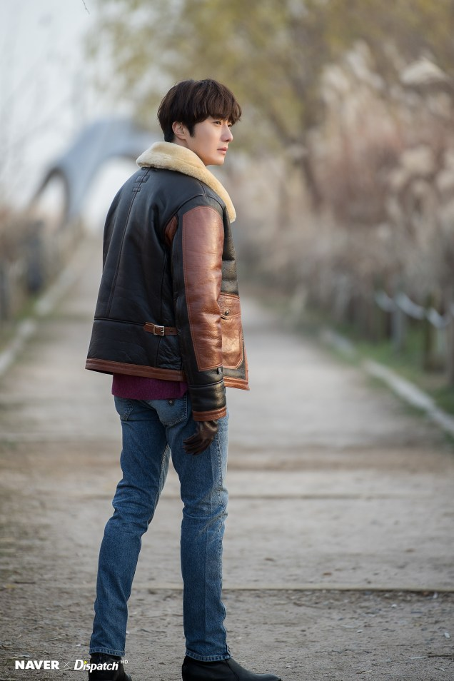 2019 12 5 Jung Il woo in a leather jacket photo shoot. Cr. Dispatch:Naver 3