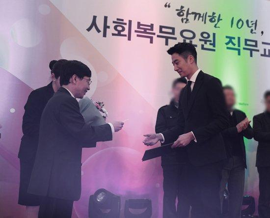 2017 12 5 Jung Il woo receives the Minister of Health and Welfare Award. 10.jpg