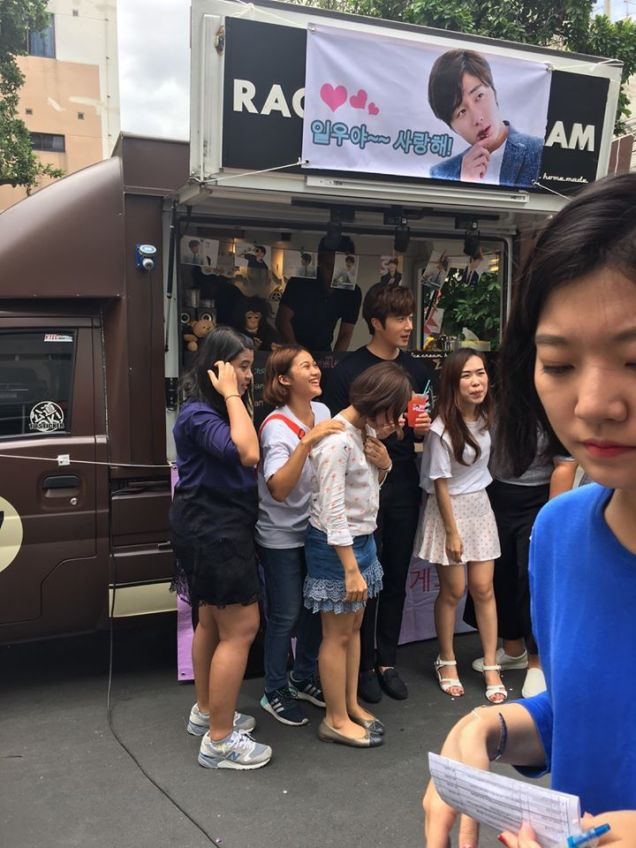 Jung Il woo in Behind the Scenes of Love and Lies. Photos with fans. 6