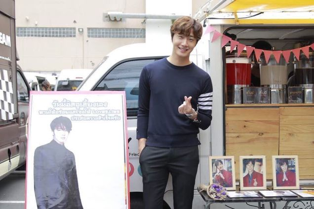 Jung Il woo in Behind the Scenes of Love and Lies. Photos with fans. 9