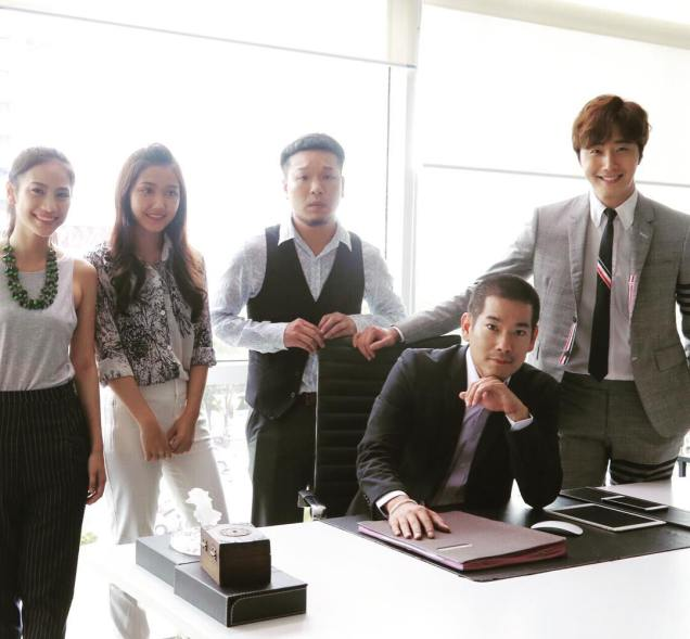 Jung Il woo in Behind the Scenes of Love and Lies. With cast and crew. 3