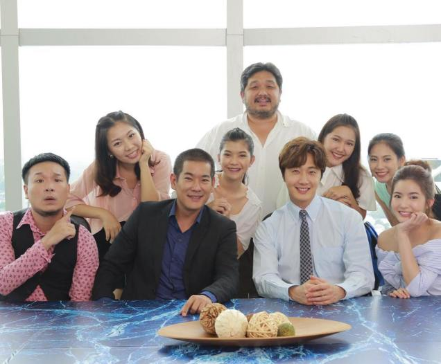 Jung Il woo in Behind the Scenes of Love and Lies. With cast and crew. 4