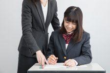 塾の先生に教わる女子学生