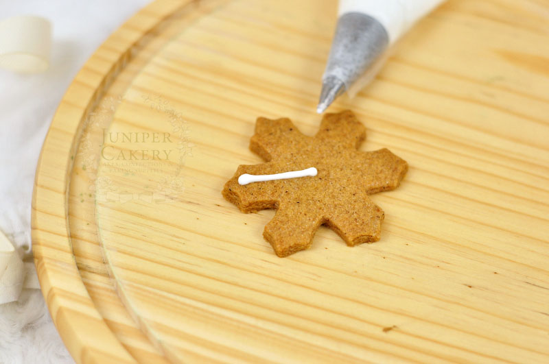 How to pipe snowflake cookies by Juniper Cakery
