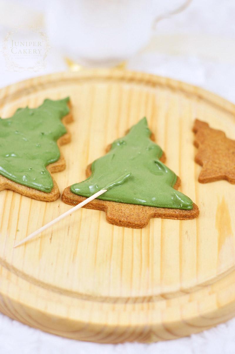 Tutorial for rustic Christmas tree cookies by Juniper Cakery