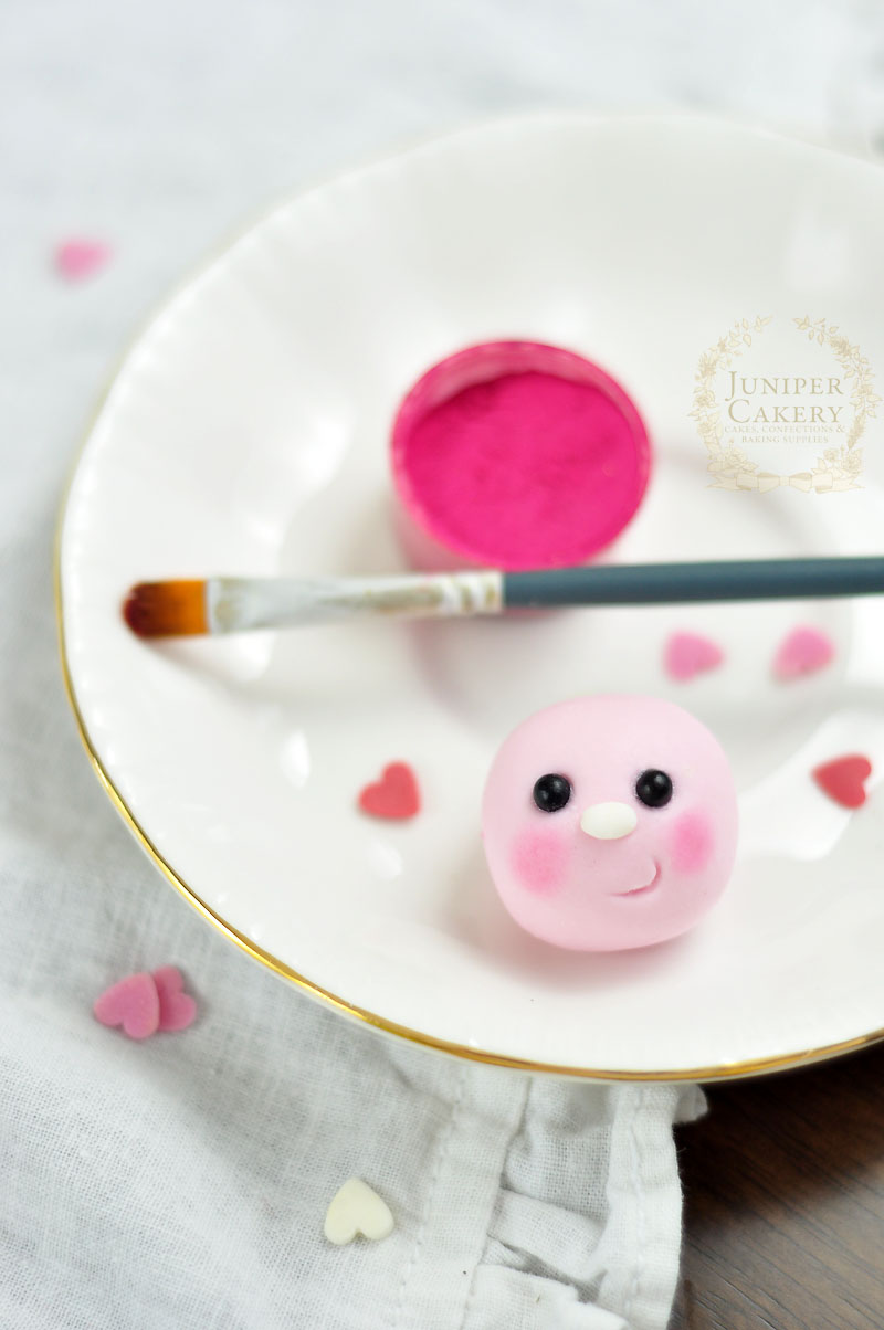 Make a cute little edible love bug cupcake topper with this tutorial by Juniper Cakery