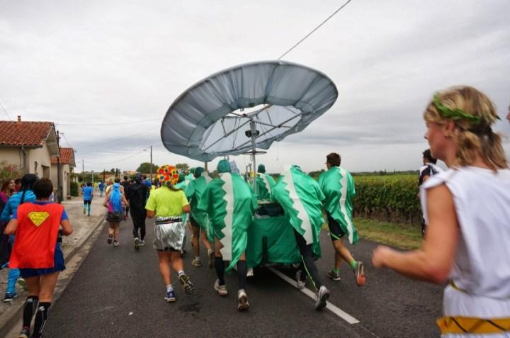台車でコスプレチーム@メドックマラソン