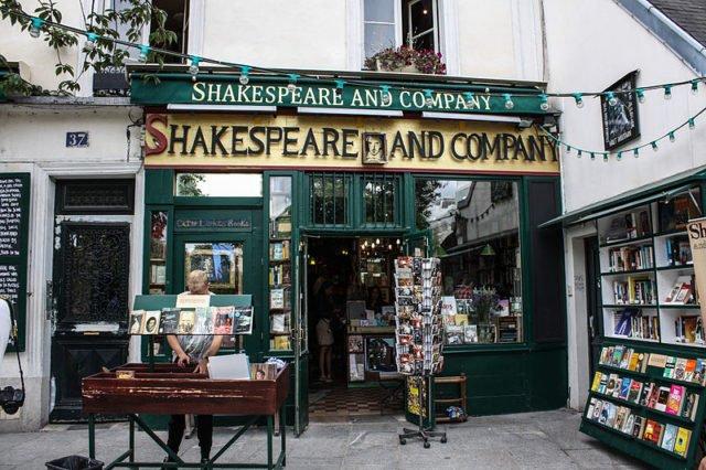 A charmosa livraria Shakespeare and Company em Paris (França)