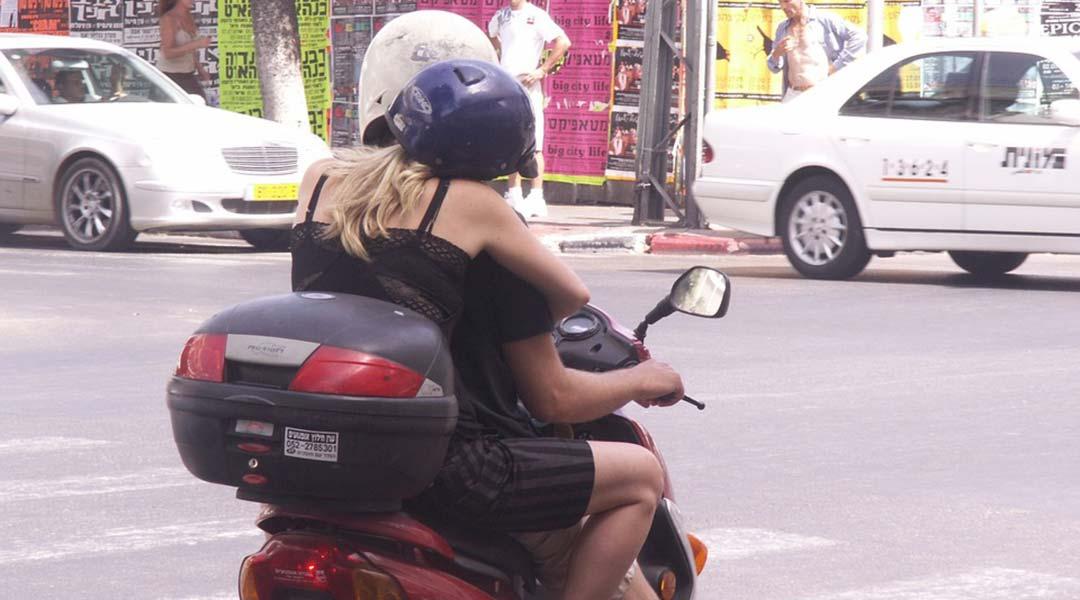 due ragazze sullo scooter