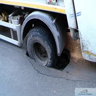 De ce cad masinilie Salubritatii prin asfalt? 1