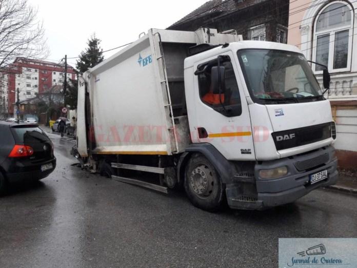Incident:S-a rupt asfaltul sub o masina a Salubritatii Craiova 2