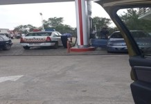 Politist in Calafat prins ca baga benzina in bidon ...