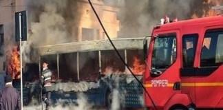 Un autobuz a luat foc pe strada Amaradia ! Focul s-a extins si la o casa din apropiere..