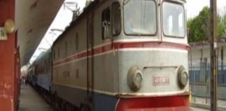 Un tren care circula pe ruta Bucuresti-Craiova a ramas fara frane si a rupt macazul, peste 100 de pasageri aflandu-se la bord.