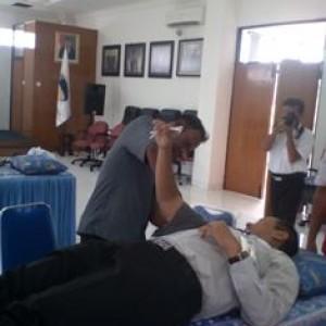 Foto: dr. Abadi Sinaga Saat mengambil darah salah seorang pegawai PT. Taspen.