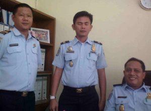 Foto: Kasi Infokim Teguh Santoso, SH (Duduk) didampingi 2 (dua) Orang staffnya.