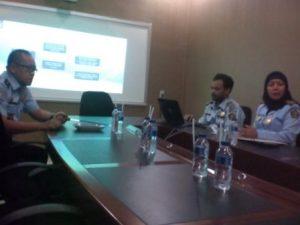 Foto : Jaya Saputra, SH  didampingi  Kasi Infokim Ana  Dianawati, SH dan staf terkait saat memberikan keterangan kepada awak media di ruang rapat Satya Budi utama Kanim Sianta