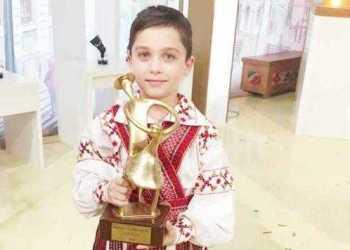 """Andrei, """"fiul regimentului"""", face naveta 20 km pe zi ca să ajungă dansator 11"""