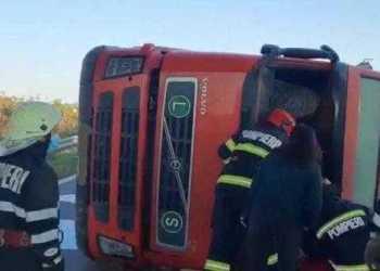 Șoferul tirului răsturnat pe A1, transportat la spital 11