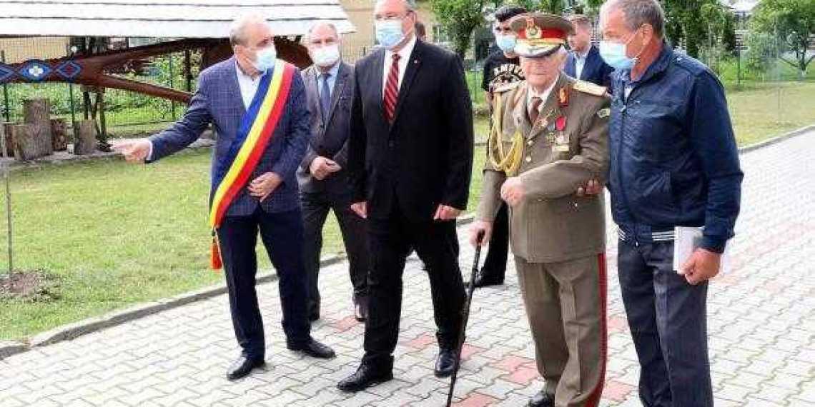 Veteranul de război, general Constantin Năstase, decorat de Ministrul Apărării 1