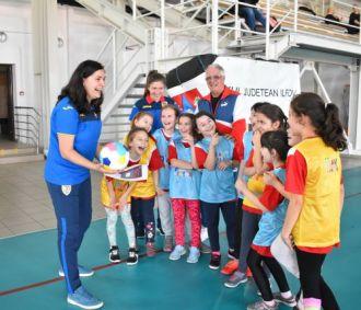 Sfaturi, la antrenament, oferite de cele două Irine de la FRF: Mihuțescu și Giurgiu, lângă prof. Marian Gîrleanu. Iar echipa le primește cu... atenție și bucurie