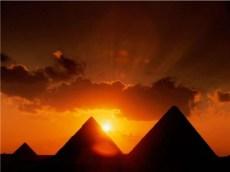 Piramidele cand soarele apune