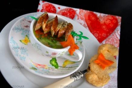 Gemüsesuppe mit Bratwurstspießchen© Liz Collet