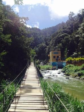Wacklige Hängebrücke auf dem Weg zum Jimenoa Wasserfall