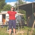 Giuls vorm Lager mit Zelt