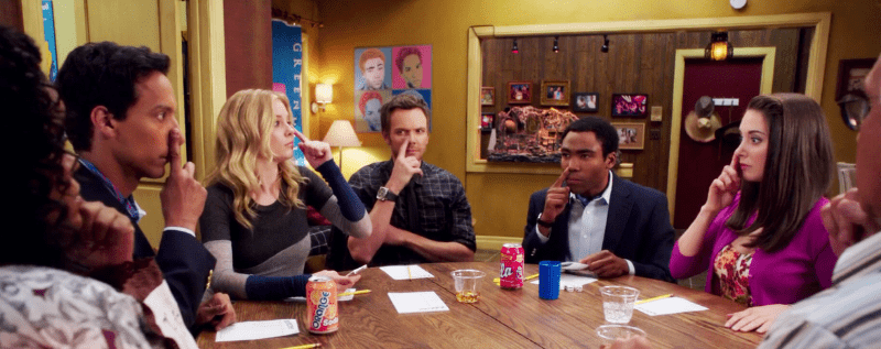 les personnages de Community autour d'une table dans leur boucle temporelle
