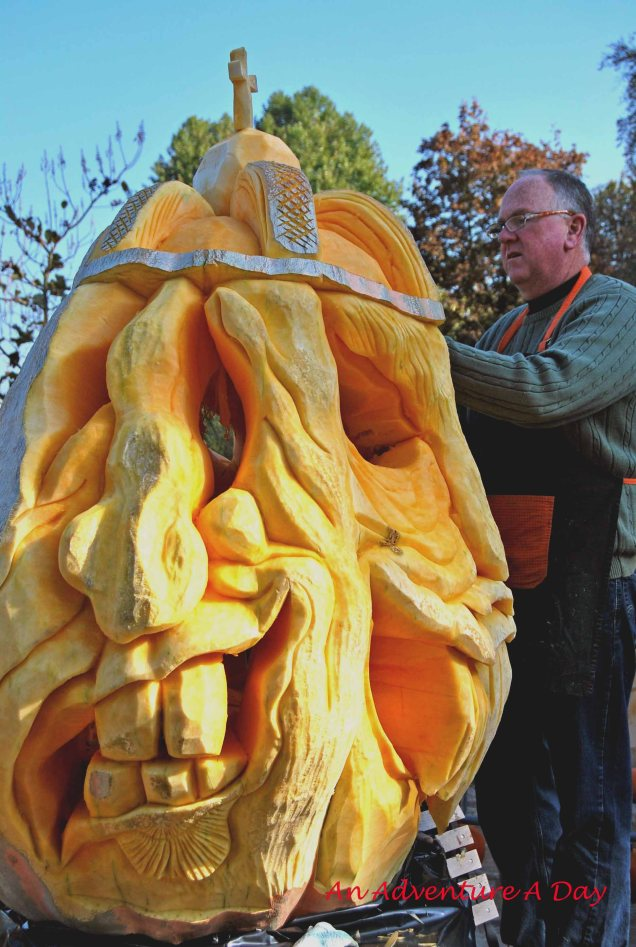 One of the highlights at the Ludwigsburg Pumpkin Festival is the carving of the giant pumpkins