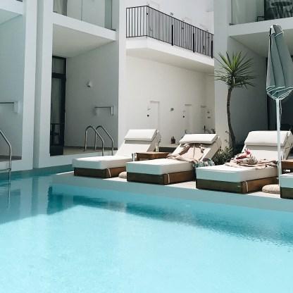 Zijkant grote zwembad