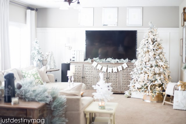 Just Destiny Mag Family Room Christmas