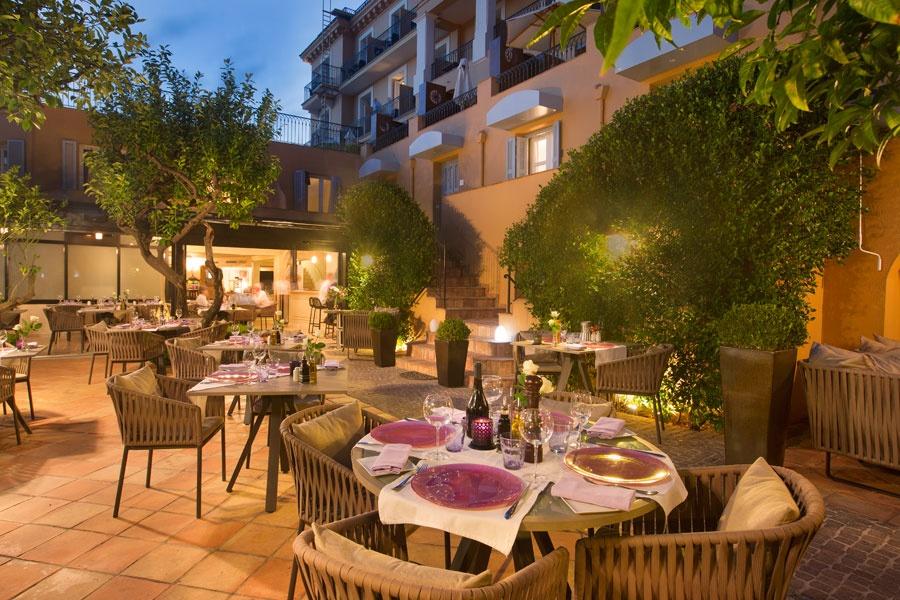 Hotel-la-Perouse-Nice-hotel-perouse-nice-patio-restaurant-nuit-2