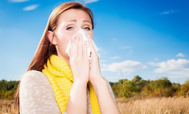 هل تعلمين كيف تتفادين أعراض الحساسية الموسمية؟