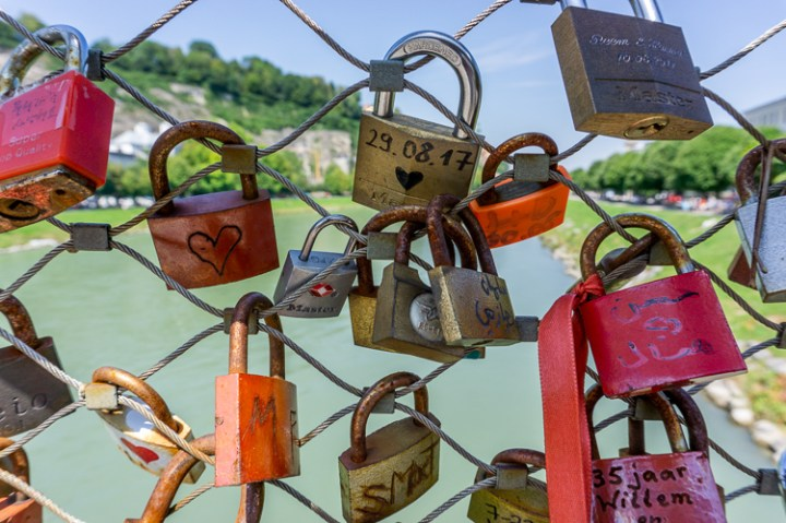 Slotjes op de voetgangersbrug van Salzburg