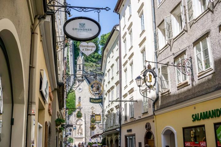 Uithangborden in de winkelstraat van Salzburg