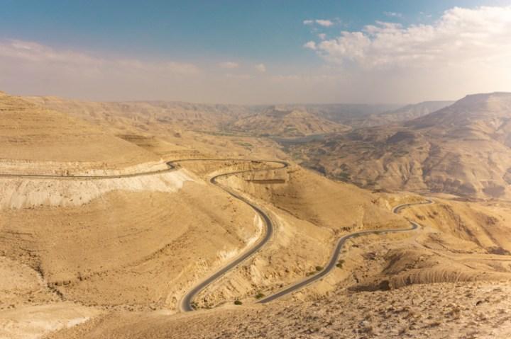 Uitzicht over de Kings Highway tijdens een rondreis door Jordanie