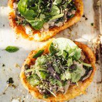 Knusprige, gesunde Kartoffelpizza [vegan, glutenfrei] mit Pilz-Spinat-Cashew-Topping + saisonalem Grünzeug