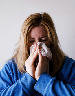 Woman-sneezing-due-to-allergies